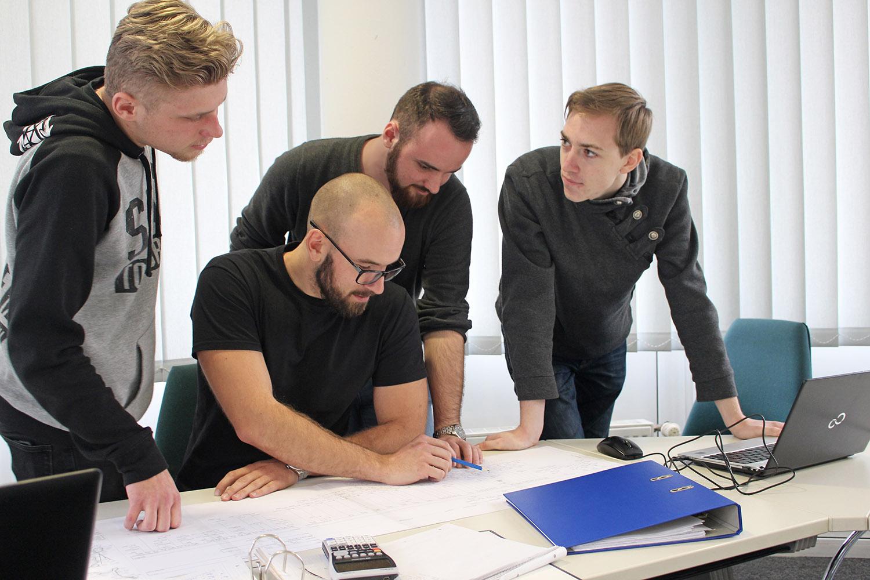 Die vier Studierenden der Elektro- und Informationstechnik Sebastian Fricke, Tim Sieber, Clemens Fröhlich, Felix Richter (v.r.n.l.) tüfteln an Energieeinsparlösungen für die Bobbahn Altenberg