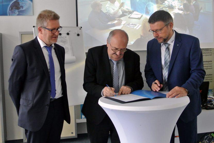 Rektor Prof. Ludwig Hilmer (Mitte) unterzeichnet den Letter of Intent, links: Professor Ralf Hartig (ifem); rechts: Professor Detlev Müller (IMM electronics GmbH)